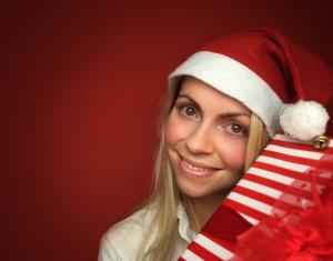 Frau mit Geschenk zu Weihnachten